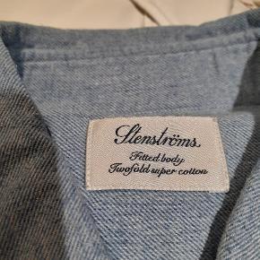 Mega flot skjorte. Som ny. Med lange ærmer. Virkelig topkvalitet. Se mine andre skjorter 😀 vi kan handle. Alle skjorterne passer sammen str, da det er min mand, der har brugt dem