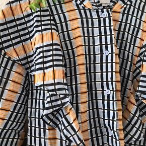 Sælger min samsøe samsøe kjole i størrelse L. Kjolen er brugt én gang, og fremstår derfor også som helt ny☀️☀️ Køber betaler fragten.