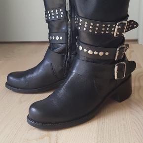 Flotte biker boots, rummelige i størrelsen (mærket 38, men passer op til 39). Støvletterne er i perfekt stand. Købspris 2.800 kr.