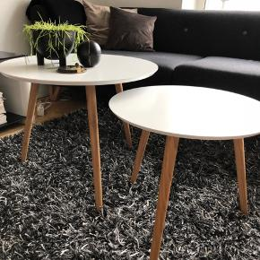 To hvide sofaborde med lyse træben. Lidt slidt på overfladen men ikke noget der ses tydeligt og vil fint kunne males over. Sælges samlet.