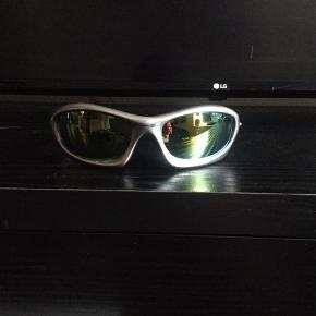"""Super fede 90'er. vintage Oakley solbriller, sælges..    Sælger de her mega fede 90'er vintage Oakley """"flue briller"""", i den klassiske sen halvfemser sølv farve, alting skulle være i, på det tidspunkt..    De kommer fra en gammel nedlagt sportsbutik der har haft dem gemt væk på dit lager, i ca 15-18 år..    De er """"NOS"""" hvilket vil sige : New old stock / Ny gammel lagervarer, og derfor i 110% ny stand!    Sælges incl original Dustbag..    Få nogle super fede og yderst moderne solbriller til sommeren, de færreste har (endnu...)    Ift til hvad nypriserne på lign Oakley solbriller ligger på i snit på nettet, tænker jeg at min mp på 600.kr, er mere end fair! - De er sat ca 50% under dagens markedspris, for lign briller..    Skulle der være rift om dem, ryger de til højestbydende, og ydermere sælges de også på tradono, og G&G.. De skal nok ryge hurtigt, så slå til, imens  tid er..     SE OGSÅ ALLE MINE ANDRE ANNONCER.. :D"""