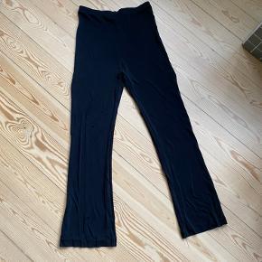 Ganni nylon bukser med elastik og svaj i benene. Fitter 38-40