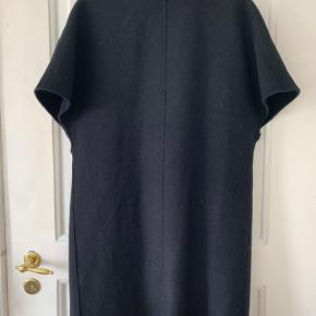 56% wool 36% polyester  8% other fibers
