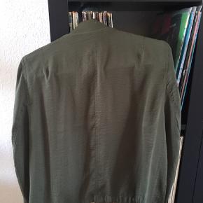 Super flot og let bomber jakke i satin-agtigt stof. 100% polyester