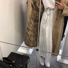 Sælger min højtelskede Burberry-frakke.  Den er købt for 3000kr i en high-end, vintage butik. Man kan sagtens komme og prøve / kigge på den hvis det er, man er i tvivl:)   Den er skide flot og har ingen permanente pletter:)  Sælges fordi jeg ikke får den brugt;(  Giv et bud!
