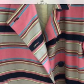 Varetype: Frakke Farve: Rosa Oprindelig købspris: 1800 kr.  Vintage flot frakke fra Malene Birger , frakken har striber i flotte farver . Kun seriøse bud