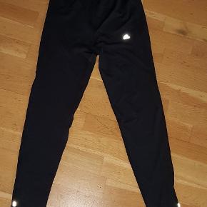 Sorte løbebukser dame  str medium 38  brugt få gange sælges fast pris 45 kr  farve sort  mærke Runteck  Afhentning på adressen i Hvidovre
