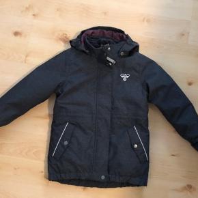 Hummel jakke brugt meget lidt. Der er inder jakke som kan tages ud - god som overgangsjakke