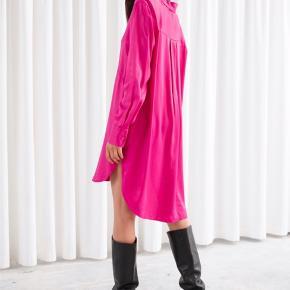 Satin skjorte kjole fra & Other stories  Brugt en enkelt dag.  Byd gerne :)