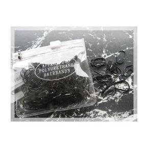 250 stk. små sorte gummi elastikker  OPHØRSSALG: DU FÅR 2 PAKKER FOR 1´S PRIS  Str. er ca. 12 - 15 mm uden brug af elastik  God elastik til fint hår  Fås i:  - Sorte - Brune nuancer - Klare - Multi - Pastel  PRISER ER INKL. LEVERING I DK  ¤¤¤ PRISEN ER FAST ¤¤¤