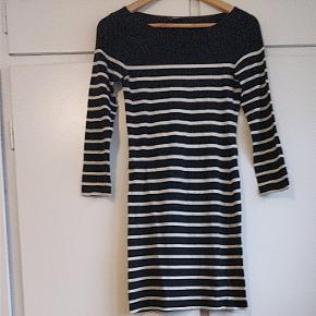 Tætsiddende kjole uden slid. Den er brugt ganske lidt og er i god stand. Holder farven fuldstændig og er ikke forvasket. Jeg tager ikke billeder af mig selv i den, da den er for lille til mig ✌️