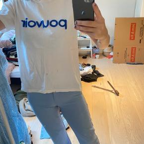 Selected tshirt med blå detalje over brystet.