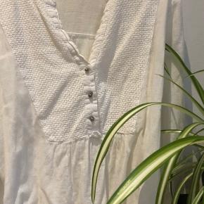 Oversize lang bluse fra dansk designer mærke, Kaffe. Sølv detalje foran samt på ærmerne.