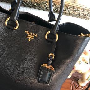 Jeg overvejer at sælge min Prada shopper i str 32 cm høj x 33 cm bred x 15 cm dyb med guldfarvet hardware. Aldrig brugt men har bare ligget i posen.