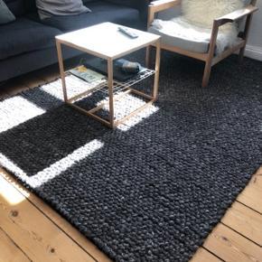 170x 240cm. Smukt gulvtæppe fra IKEA. 100% uld. Ingen fejl, huller, pletter, el. lign. Tæppet har været udsat for almindelig slidtage, idet det ligger i en stue.  Nypris 3000kr