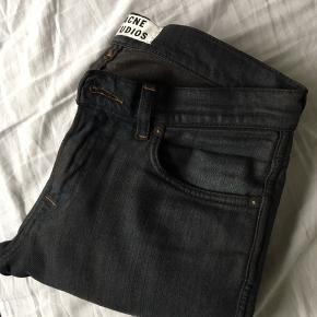 Blå/coal jeans fra Acne Studios i størrelse 29/32 Nypris 1499,-  Modellen hedder ACE (Slim fit med alm talje).   Næsten ikke brugte.