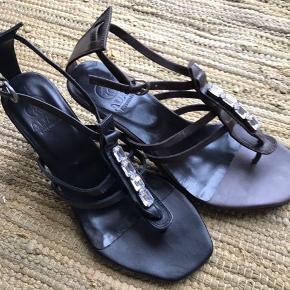 Sælger disse fine sandaler fra Adax . 1 par sorte og et par brune - pris pr par kr 200,-.