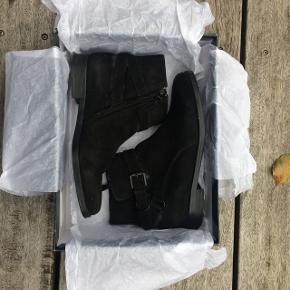 Fine sorte støvler fra Ralph Lauren i ægte ruskind. De er i en str. 38. Nypris var 1.499,00 de sælges dog til 275 da der er lidt slitage på ruskindet nogle steder.