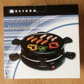 Bordgrill/raclette inkl. 6 stk pander med slip-let. Aftagelig varmeplade foroven i stål, nem at rengøre. Tænd/sluk knap. Indikator-lampe. Gummifødder. Mærke: Melissa. Aldrig brugt, kun testet.