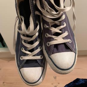 Fede Converse sælges. Der er en smule misfarvning på den ene sko, da den har stået i solen. Ellers super fin stand. Ikke fast pris, kom med et bud😜😜😜