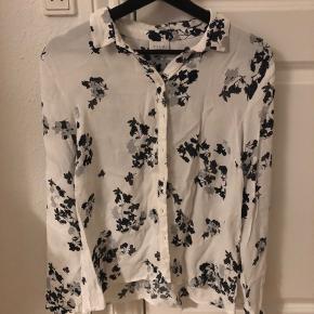 Skjorte fra Vila sælges! Er modtagelig for alle bud, så BYD!