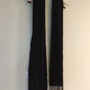 Rigtigt fint tørklæde 200 cm langt med perler ☺️