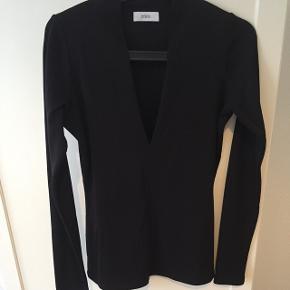Bluse fra Envii med det smukkeste snit og udskæring! Rillet stof. Brugt 1 gang og fremstår ny! Sælges da mit liv er for kort til polyester ...