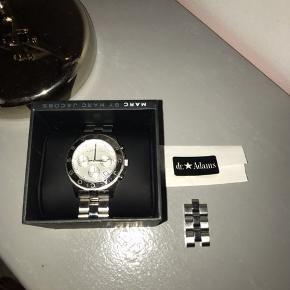 Sælger mit Marc Jacobs ur, da jeg ikke bruger det. Alt medfølger - ekstra led, kvit og æsken.  Uret mangler dog bare et nyt batteri 😌
