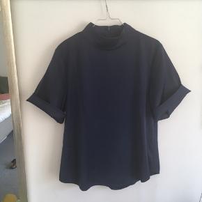 Mørkeblå bluse fra Lovechild i 100% silke. Stor i størrelsen, så kan passes af str 34-36.