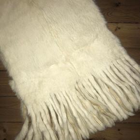 2 meter lang (sjal/tørklæde/sjælevarmer) i det blødeste kaninpels. Hårene er ca 2-2,5 cm lange.  Standen er som ny.
