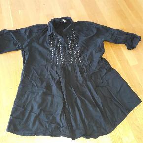 Varetype: skjorte tunika Størrelse: 22 Farve: sort