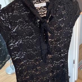 Sort bluse med blonder og en sød sløjfe foran  Aldrig brugt  Str. S  Kan hentes på Frederiksberg :-)