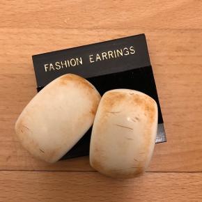 Fine clips øreringe i råhvid ca. 2 cm lange