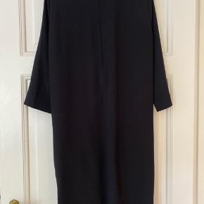 Fin kjole fra Cos med lommer foran.