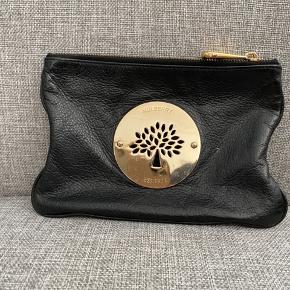 Lækker Mulberry Clutch sælges Den er sort med guld hardware. Sender for købers regning Ved ts handel betaler køber gebyr