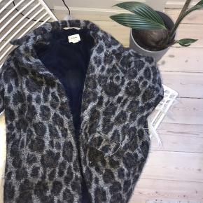 Sælger denne smukke jakke fra Bellerose som er et italiensk mærke, der laver dyrt børnetøj. Den er i god stand og det er str 12 år. Np var 1400 så derfor er prisen også lidt højere:)