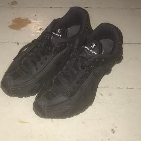Sorte Nike Shox, brugt meget lidt, og har ingen tydelige tegn på slid.