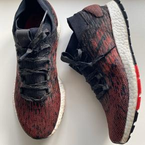 Adidas Pure Boost Brugt sparsomt og uden slid. Der er desværre gået en strop af bag den ene hæl, men den har ingen betydning😌