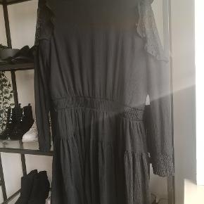 Sælger denne smukke kjole i xl men kan sagtens bruges af en large. Brugt en gang. 🔥