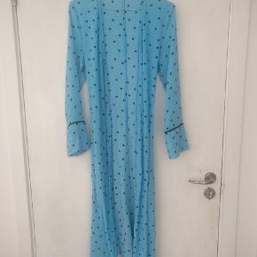 Slå om/wrap kjole med prikker. 100% polyester. Også rigtig fin ud over et par bukser.