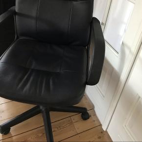 Fin kontorstol med vildt god siddekomfort. Kan justeres i højden. Minimale brugsspor. Ingen huller. Afhentes i Fredericia.  KOM MED ET BUD!