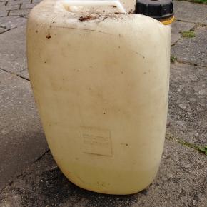 Ca 8 liter saltsyre i godkendt returdunk.