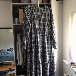 Sælger min Envii kjole i str. 36/small. Ser fed ud med jeans inden under. Kun brugt 2-3 gange