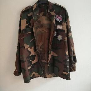 Åben skjorte i militær tryk / camouflage