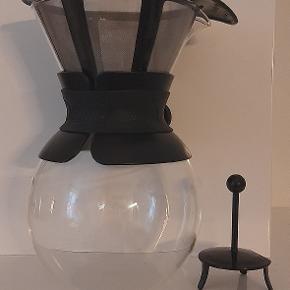 Bodum – Pour Over kaffebrygger 1,0 l – Sort  Materiale: Borosilikat glas, rustfrit stål, silikone  Kapacitet: 1 L  Dybde: 14 cm  Højde:20,2 cm