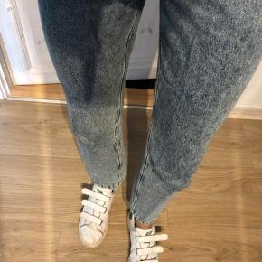 Mom Jeans fra Na-kd i blå 💙 Størrelse 36! Brugt i en periode, men ingen tegn på slid! 130 kroner ellers byd.