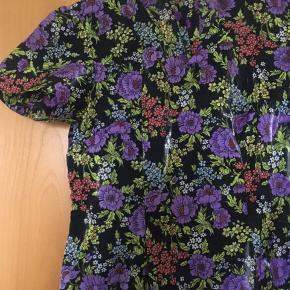 Flot vintage - retro kjole i skinnende stof fra slut 70'erne - start 80'erne. Passer en str 38. Mål: længde: 100 cm, bryst: 45 cm, talje 42 cm.