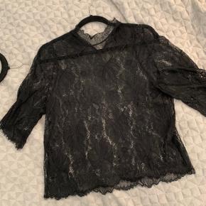 Fin blonde bluse fra Ganni med høj hals som lukkes med to knapper bagpå.   Vaskemærke i siden er klippet ud, men det er en S/36.   Den er brugt en del, men har ingen huller, pletter eller andet tydeligt tegn på brug.   Bytter ikke.  Køb i uge 42 og spar fragten 🔥👌🏻