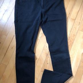 Sorte jeans fra JDY brugte, slitage øverst mellem benene, se fotos.  Ellers i fin stand. Meget stretch. Normal talje og slim legs. Str. XL / 34 i ben længde.   50,- + fragt. Køb flere tøj annoncer og spar 💸 Se der gerne med Dao. Kr. 33,-  Bytter ikke.  Fast pris, mængderabat:  Køb 1 for 50,- 2 for 90,- 3 for 120,- 4 for 150,- + fragt.