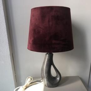 Vitrika keramik lampe med helt ny håndlavet skærm i bordeaux silkevelour.  Lampefoden måler 27 cm inkl fatning